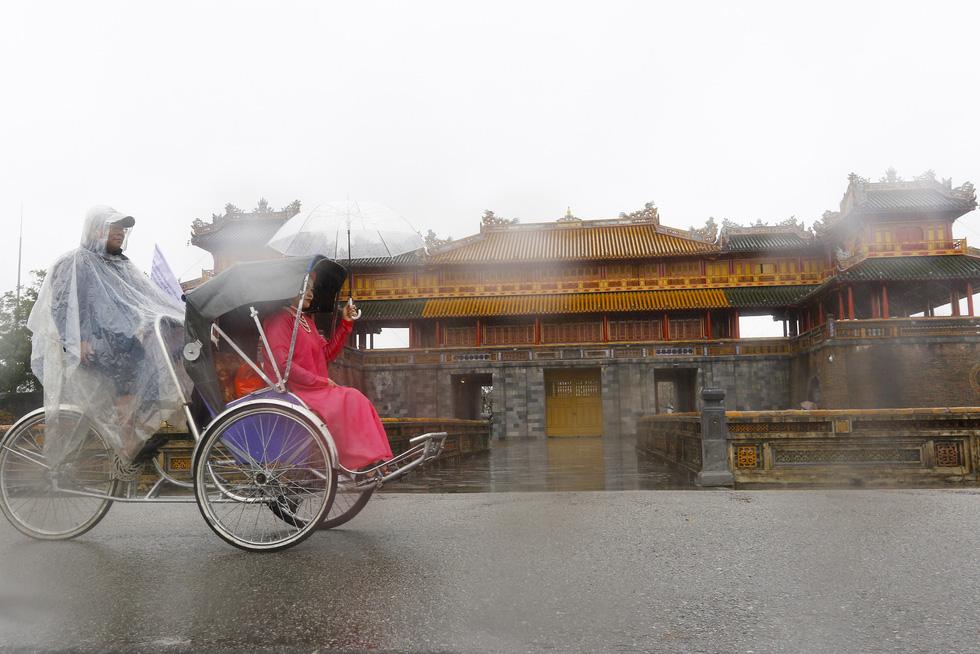 Diễu hành áo dài giữa mưa lạnh xứ Huế - Ảnh 6.