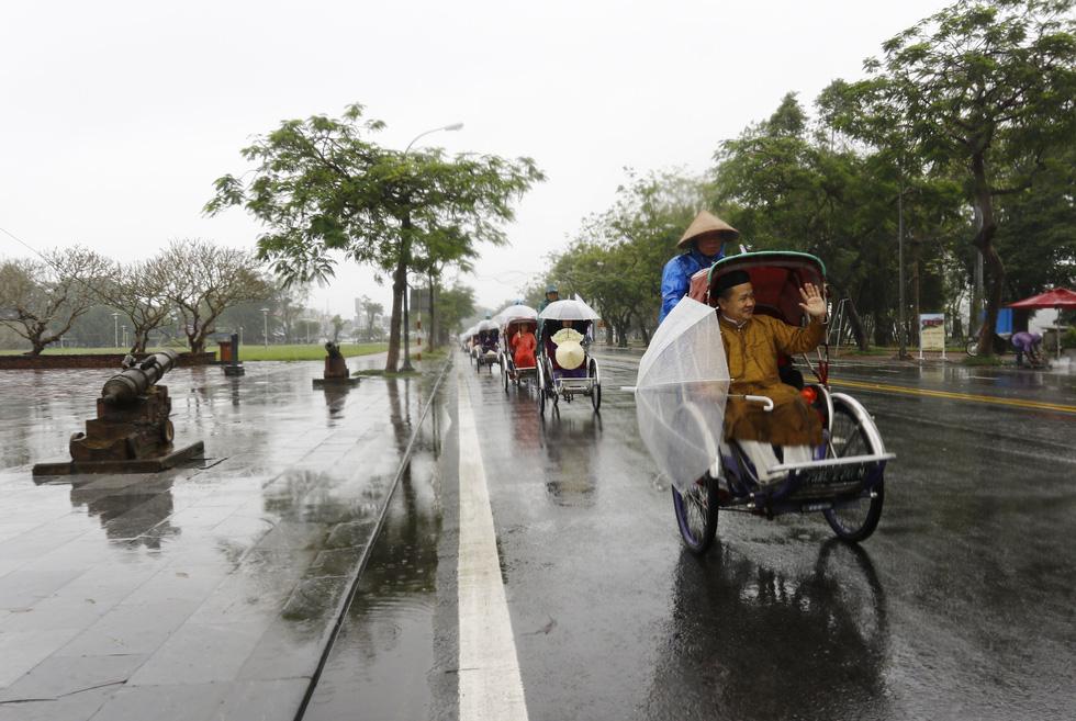 Diễu hành áo dài giữa mưa lạnh xứ Huế - Ảnh 5.