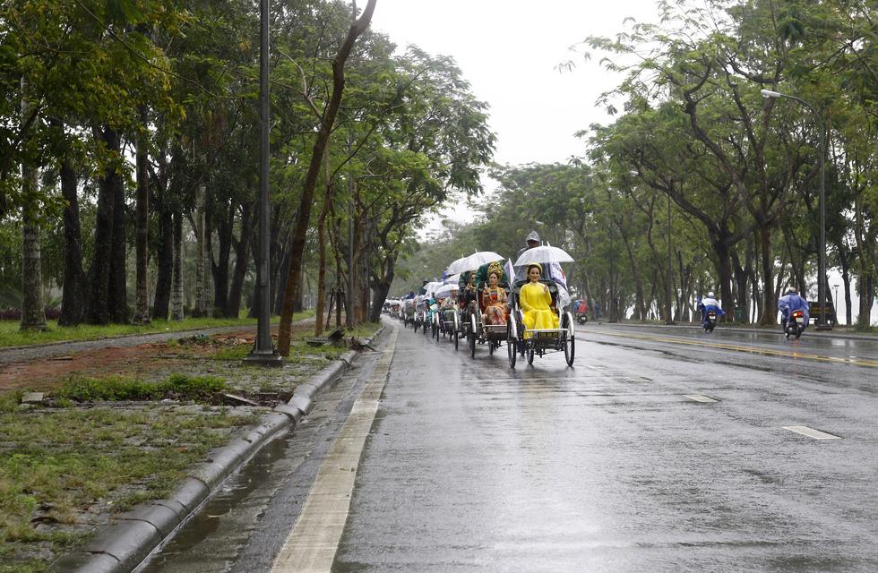 Diễu hành áo dài giữa mưa lạnh xứ Huế - Ảnh 11.
