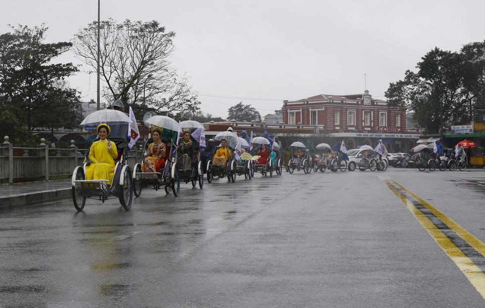 Diễu hành áo dài giữa mưa lạnh xứ Huế - Ảnh 4.