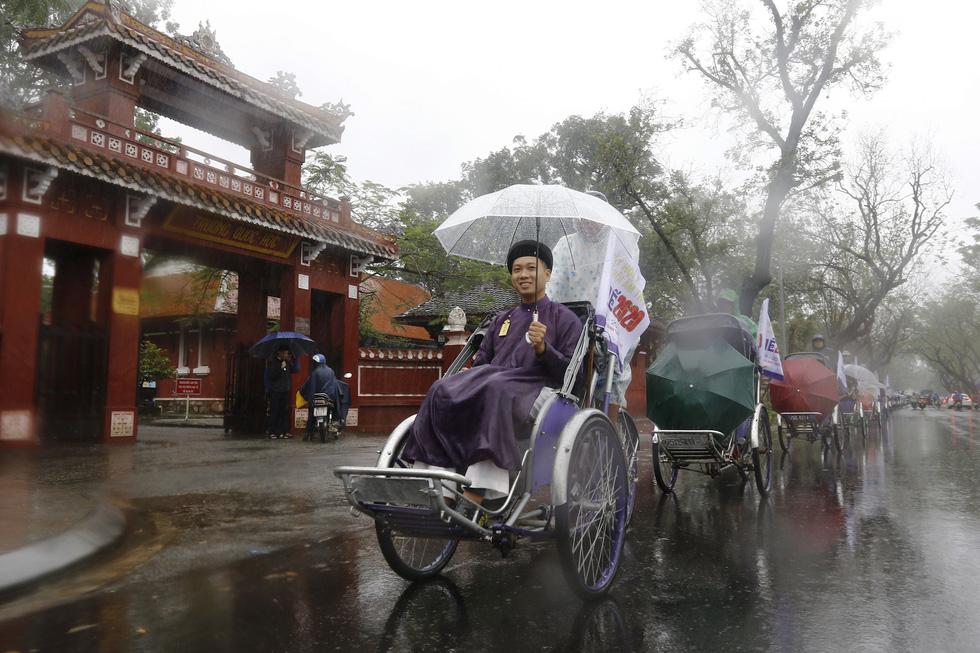 Diễu hành áo dài giữa mưa lạnh xứ Huế - Ảnh 10.