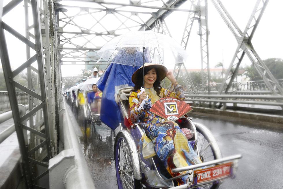 Diễu hành áo dài giữa mưa lạnh xứ Huế - Ảnh 3.