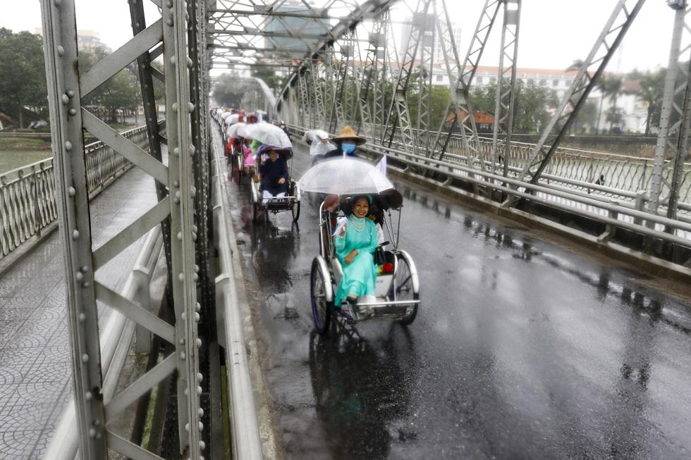 Diễu hành áo dài giữa mưa lạnh xứ Huế - Ảnh 2.
