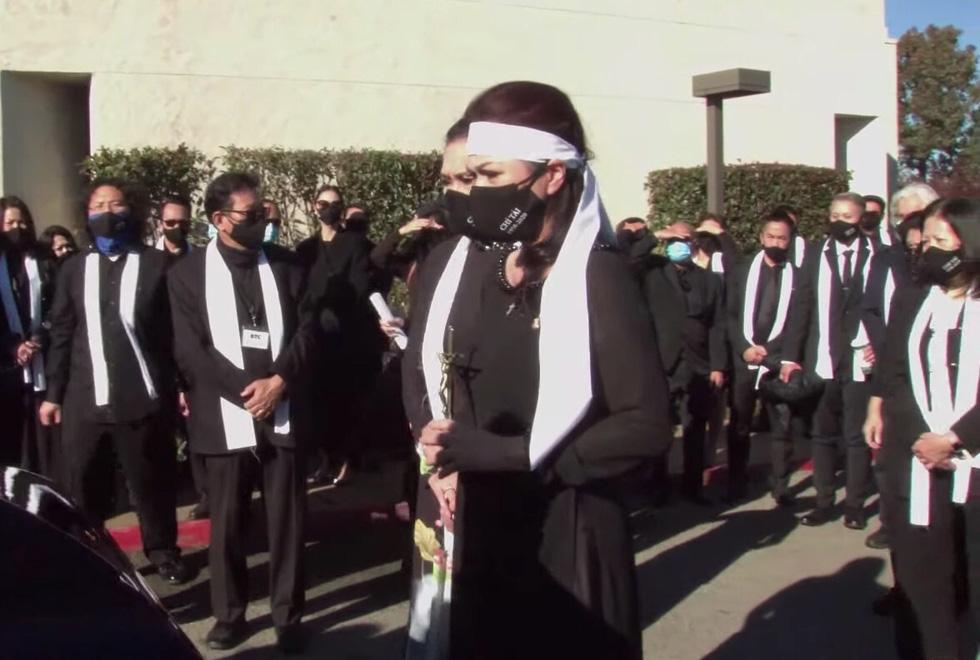 Phương Loan khóc ngất tại lễ an táng nghệ sĩ Chí Tài ở Mỹ - Ảnh 1.