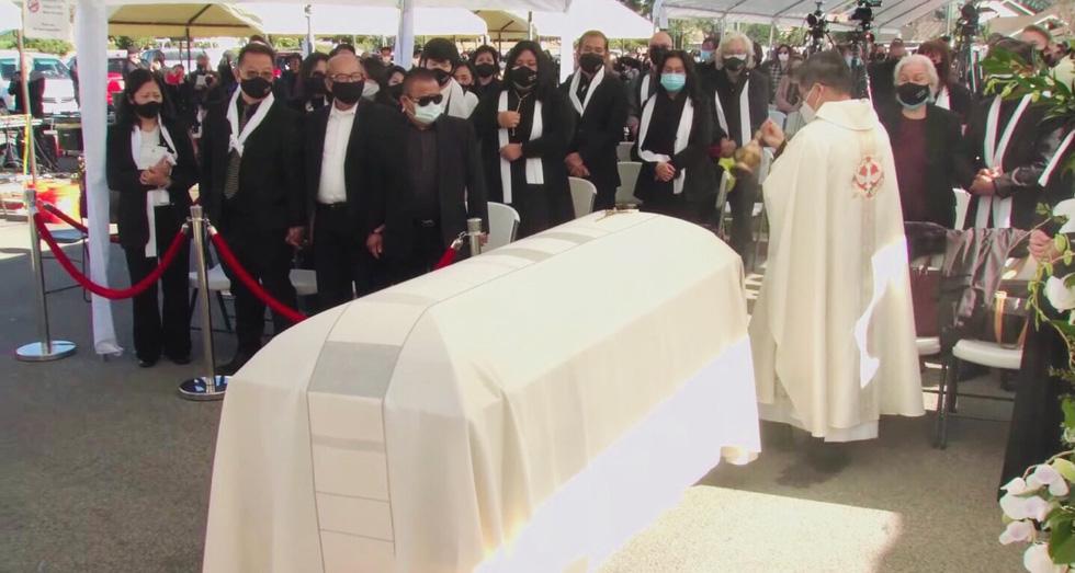 Phương Loan khóc ngất tại lễ an táng nghệ sĩ Chí Tài ở Mỹ - Ảnh 11.