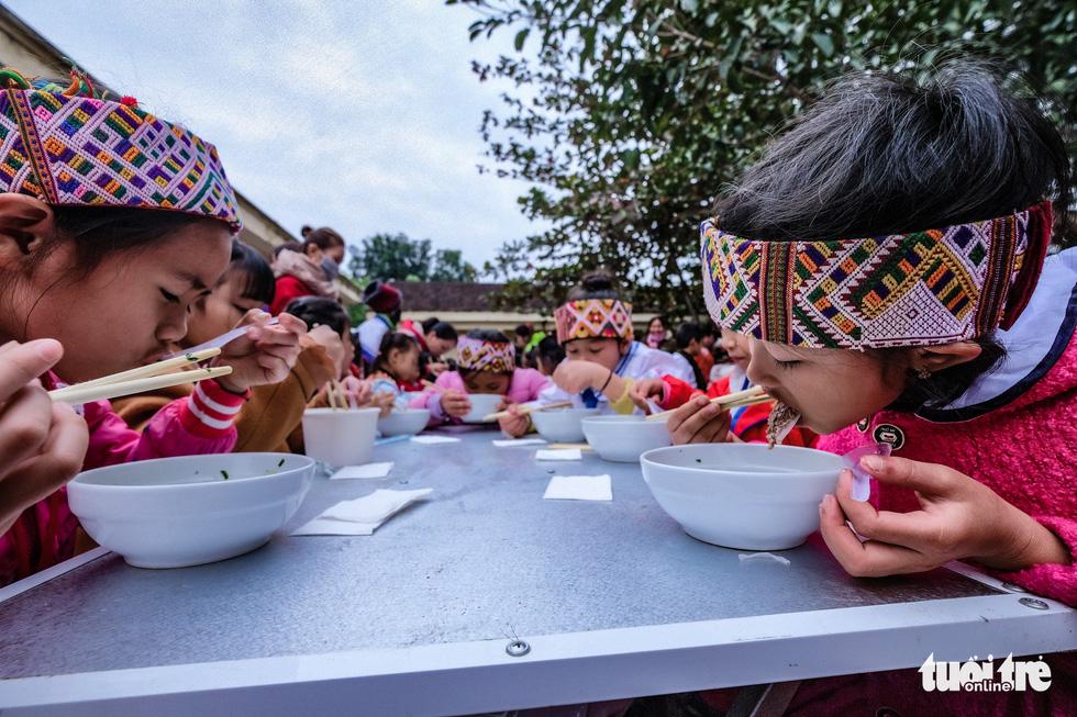 Hàng ngàn em nhỏ vùng biên thưởng thức phở nóng hổi trong giá rét - Ảnh 13.
