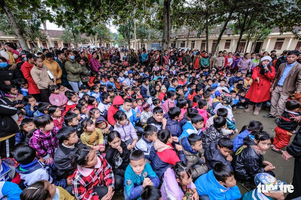 Hàng ngàn em nhỏ vùng biên thưởng thức phở nóng hổi trong giá rét - Ảnh 17.