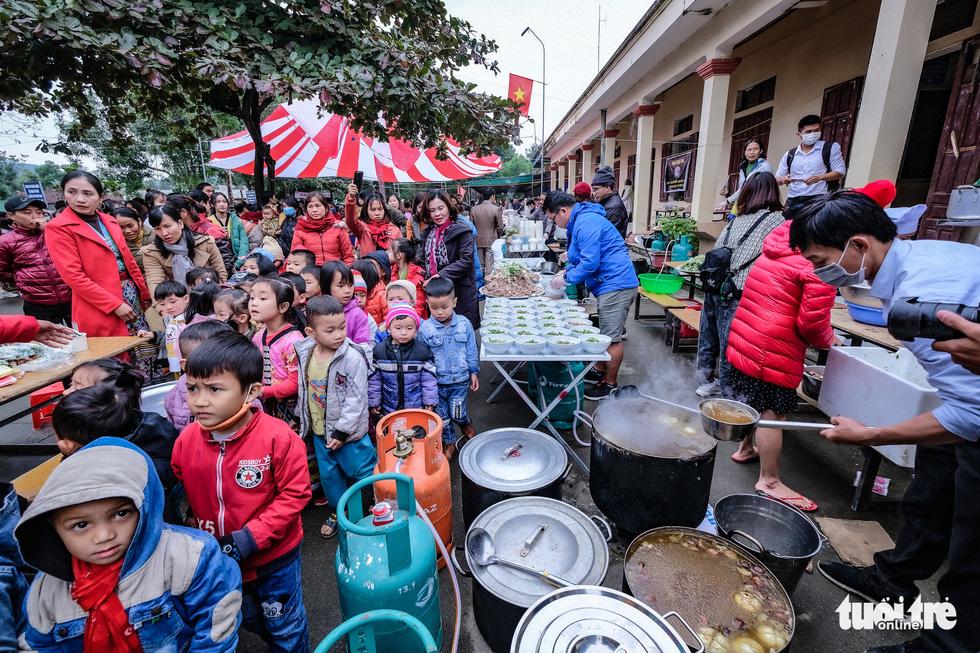 Hàng ngàn em nhỏ vùng biên thưởng thức phở nóng hổi trong giá rét - Ảnh 5.
