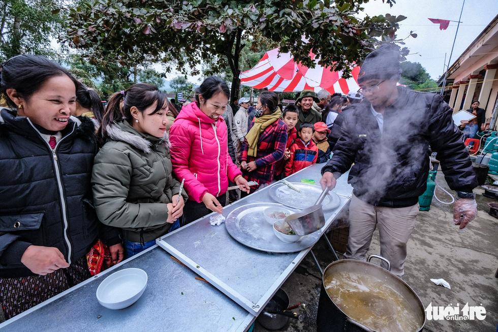 Hàng ngàn em nhỏ vùng biên thưởng thức phở nóng hổi trong giá rét - Ảnh 15.