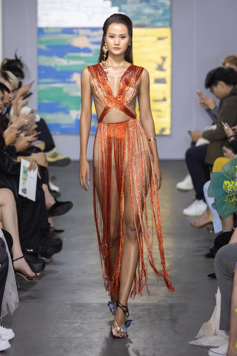 Hoa hậu Việt Nam 2020 Đỗ Thị Hà cùng siêu mẫu Thanh Hằng trong thiết kế tái chế - Ảnh 3.