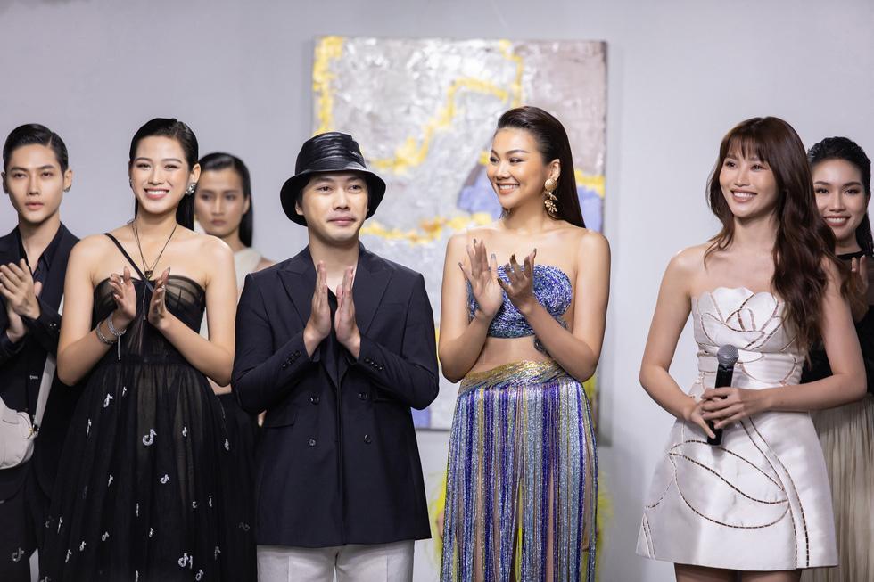 Hoa hậu Việt Nam 2020 Đỗ Thị Hà cùng siêu mẫu Thanh Hằng trong thiết kế tái chế - Ảnh 6.