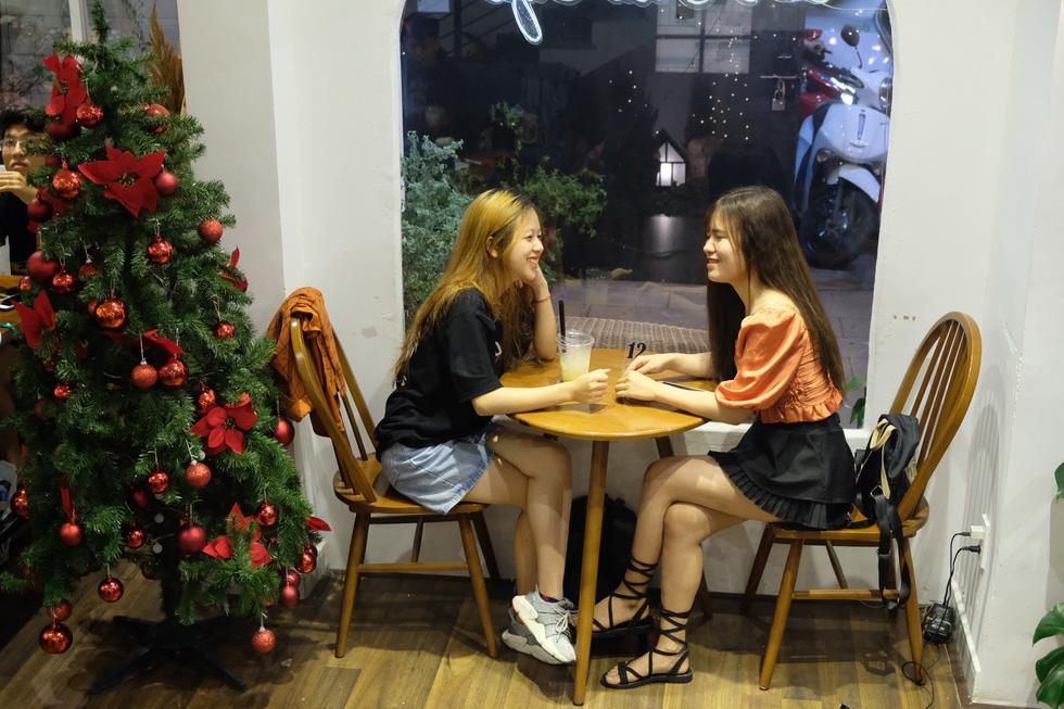 Giới trẻ Sài Gòn xếp hàng chờ chụp ảnh Giáng sinh, quán cà phê chật cứng khách - Ảnh 10.