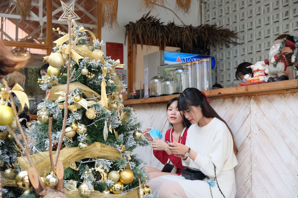 Giới trẻ Sài Gòn xếp hàng chờ chụp ảnh Giáng sinh, quán cà phê chật cứng khách - Ảnh 4.