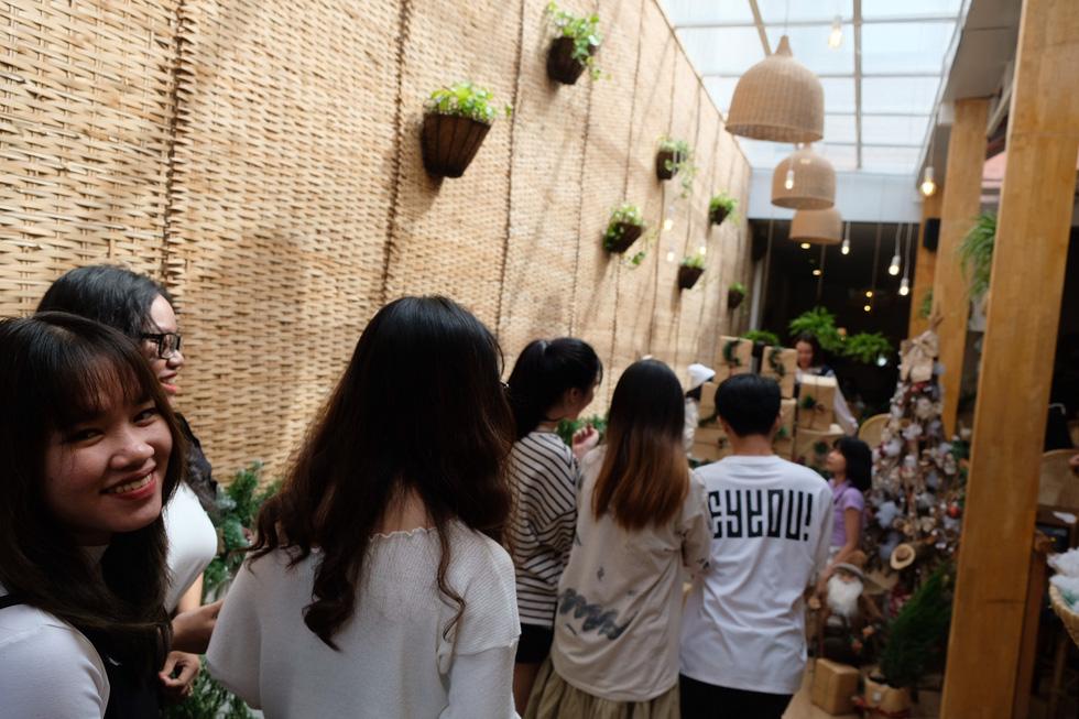 Giới trẻ Sài Gòn xếp hàng chờ chụp ảnh Giáng sinh, quán cà phê chật cứng khách - Ảnh 7.