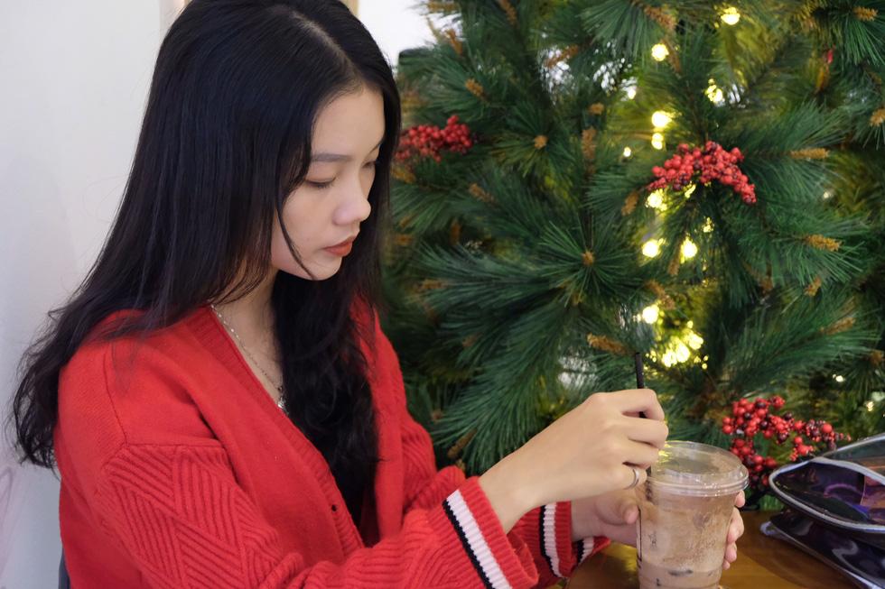 Giới trẻ Sài Gòn xếp hàng chờ chụp ảnh Giáng sinh, quán cà phê chật cứng khách - Ảnh 11.