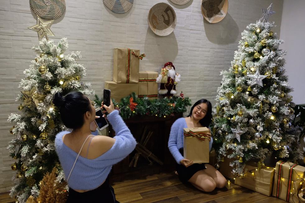 Giới trẻ Sài Gòn xếp hàng chờ chụp ảnh Giáng sinh, quán cà phê chật cứng khách - Ảnh 9.