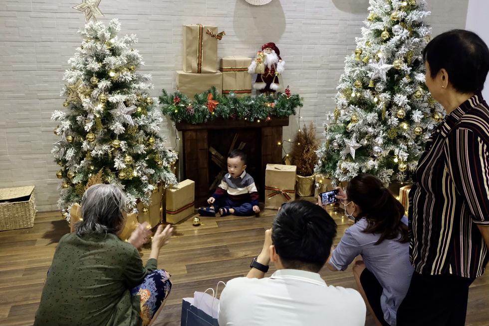 Giới trẻ Sài Gòn xếp hàng chờ chụp ảnh Giáng sinh, quán cà phê chật cứng khách - Ảnh 12.