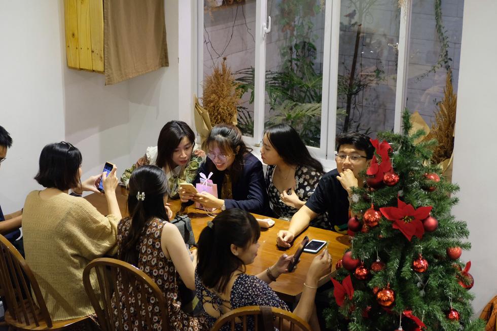 Giới trẻ Sài Gòn xếp hàng chờ chụp ảnh Giáng sinh, quán cà phê chật cứng khách - Ảnh 13.