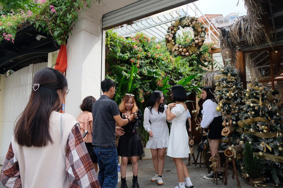 Giới trẻ Sài Gòn xếp hàng chờ chụp ảnh Giáng sinh, quán cà phê chật cứng khách - Ảnh 3.