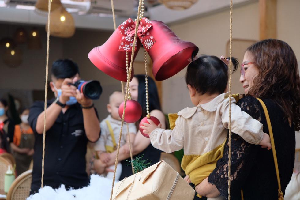 Giới trẻ Sài Gòn xếp hàng chờ chụp ảnh Giáng sinh, quán cà phê chật cứng khách - Ảnh 8.