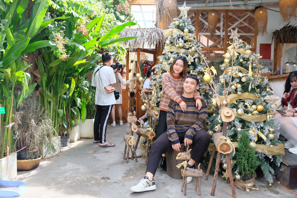 Giới trẻ Sài Gòn xếp hàng chờ chụp ảnh Giáng sinh, quán cà phê chật cứng khách - Ảnh 5.