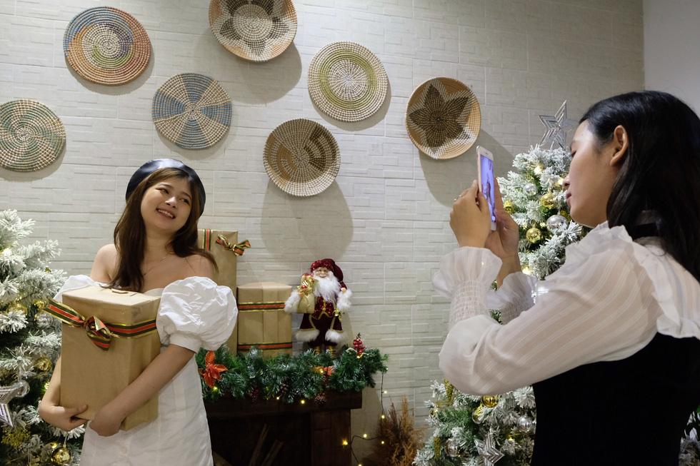 Giới trẻ Sài Gòn xếp hàng chờ chụp ảnh Giáng sinh, quán cà phê chật cứng khách - Ảnh 2.