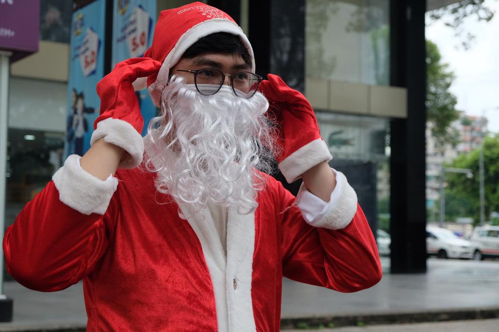 Ông già Noel đeo khẩu trang, tất bật chạy show tặng quà Giáng sinh - Ảnh 1.