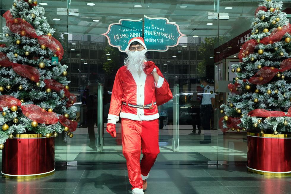 Ông già Noel đeo khẩu trang, tất bật chạy show tặng quà Giáng sinh - Ảnh 5.