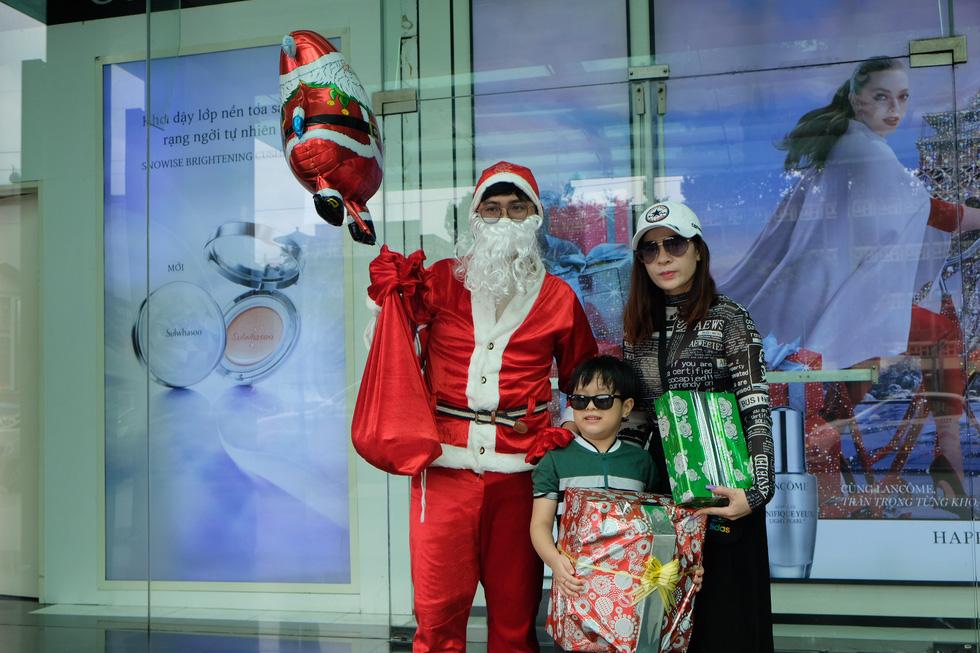 Ông già Noel đeo khẩu trang, tất bật chạy show tặng quà Giáng sinh - Ảnh 4.