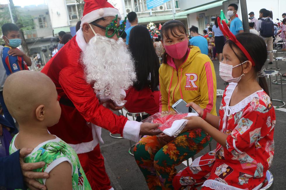 Những điều ước Giáng sinh đặc biệt ở Bệnh viện Ung bướu TP.HCM - Ảnh 4.
