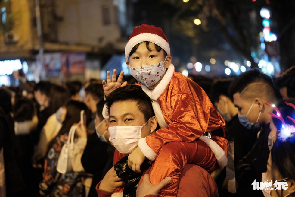 TP.HCM, Hà Nội lộng lẫy Noel, người người xuống phố - Ảnh 13.