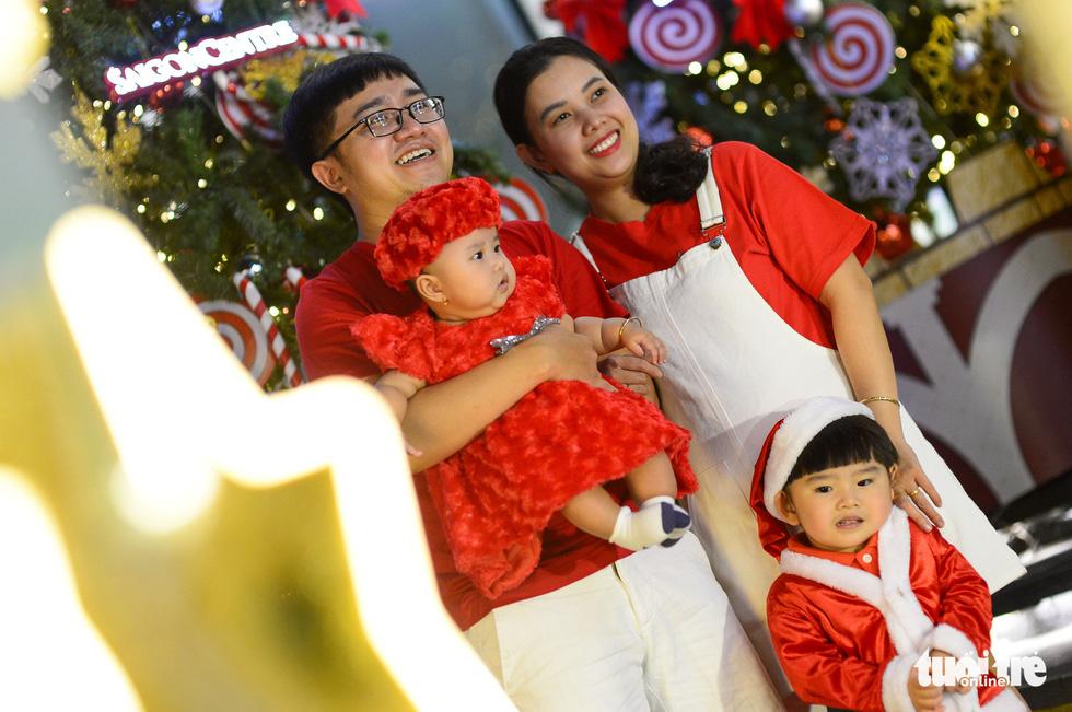 TP.HCM, Hà Nội lộng lẫy Noel, người người xuống phố - Ảnh 4.