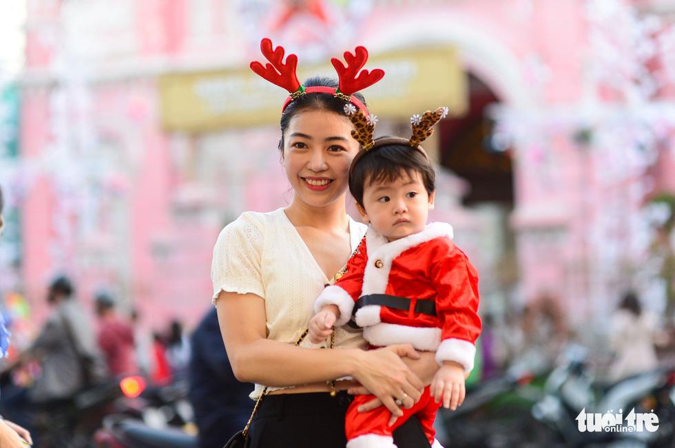 TP.HCM, Hà Nội lộng lẫy Noel, người người xuống phố - Ảnh 5.