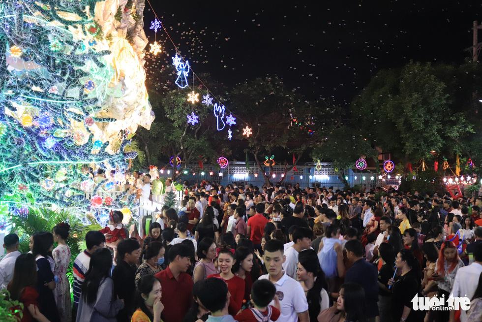 TP.HCM, Hà Nội lộng lẫy Noel, người người xuống phố - Ảnh 8.