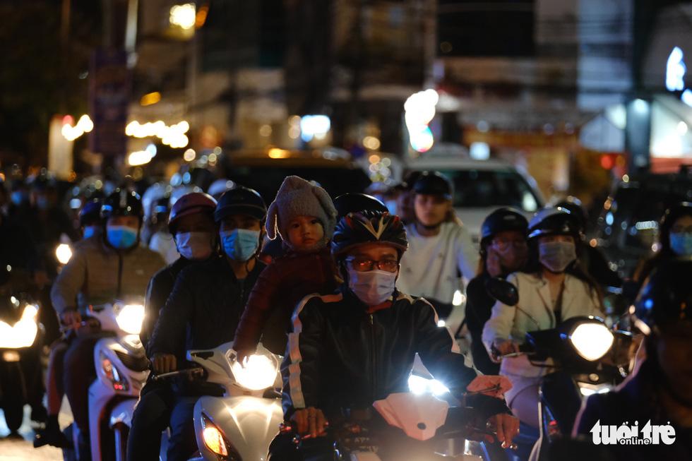 TP.HCM, Hà Nội lộng lẫy Noel, người người xuống phố - Ảnh 21.