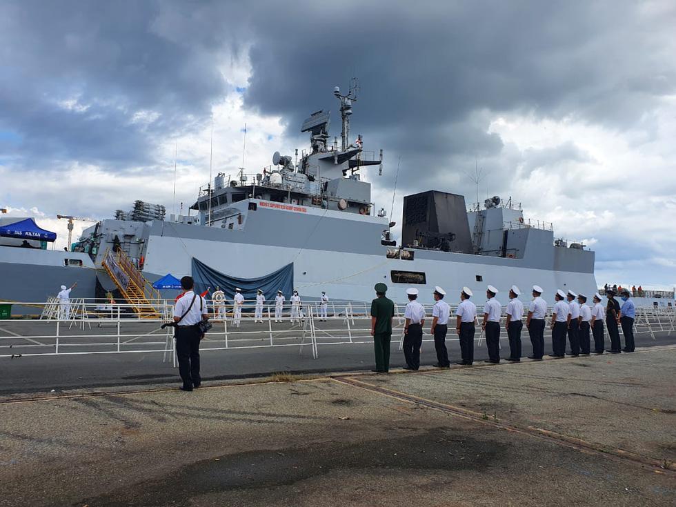 Cận cảnh tàu chiến săn ngầm Ấn Độ chở hàng viện trợ miền Trung Việt Nam - Ảnh 2.