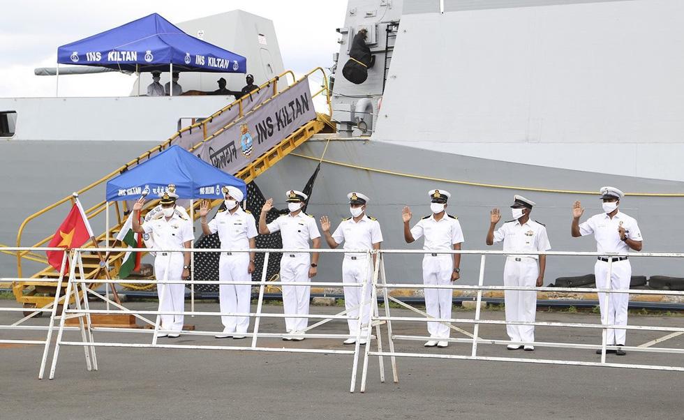 Cận cảnh tàu chiến săn ngầm Ấn Độ chở hàng viện trợ miền Trung Việt Nam - Ảnh 3.