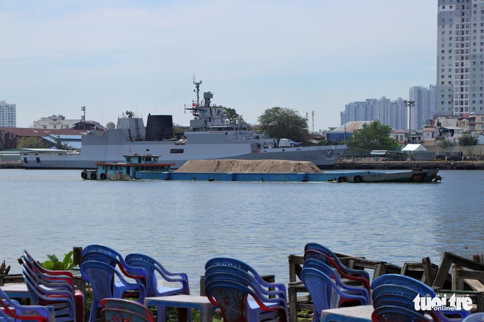 Cận cảnh tàu chiến săn ngầm Ấn Độ chở hàng viện trợ miền Trung Việt Nam - Ảnh 10.