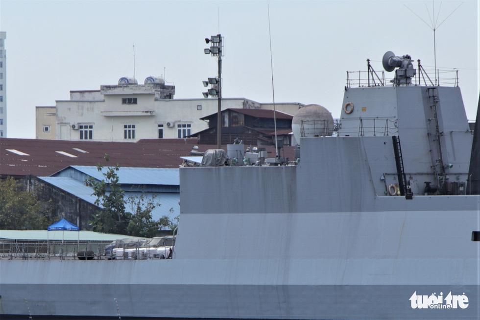 Cận cảnh tàu chiến săn ngầm Ấn Độ chở hàng viện trợ miền Trung Việt Nam - Ảnh 9.