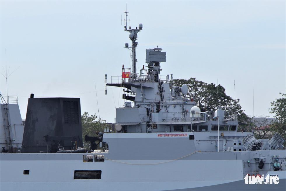 Cận cảnh tàu chiến săn ngầm Ấn Độ chở hàng viện trợ miền Trung Việt Nam - Ảnh 1.