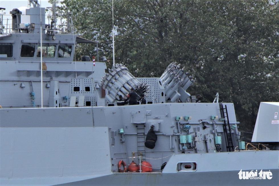 Cận cảnh tàu chiến săn ngầm Ấn Độ chở hàng viện trợ miền Trung Việt Nam - Ảnh 7.
