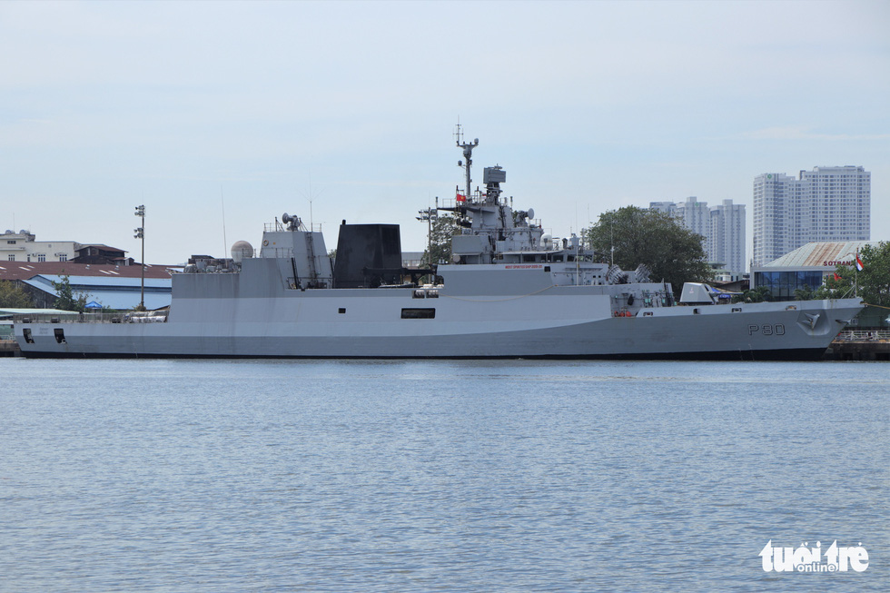 Cận cảnh tàu chiến săn ngầm Ấn Độ chở hàng viện trợ miền Trung Việt Nam - Ảnh 4.
