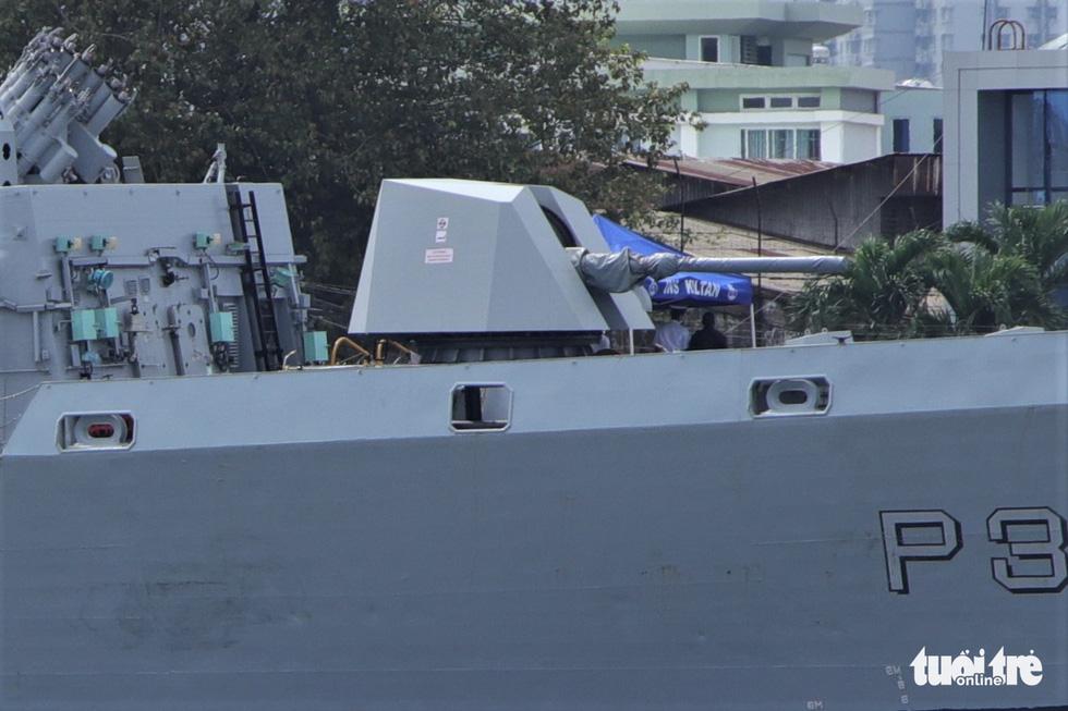 Cận cảnh tàu chiến săn ngầm Ấn Độ chở hàng viện trợ miền Trung Việt Nam - Ảnh 6.
