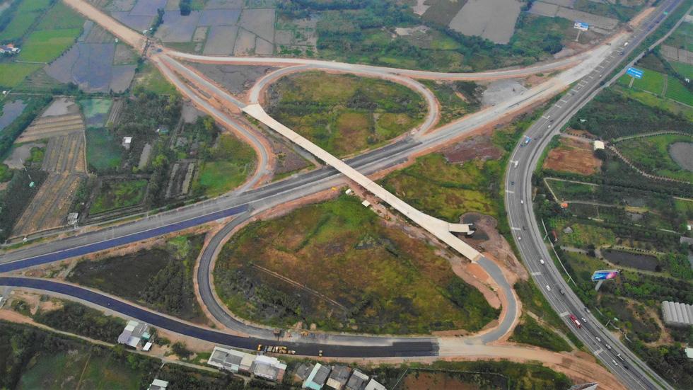 Cao tốc Trung Lương - Mỹ Thuận dồn sức thông xe trước tết - Ảnh 1.