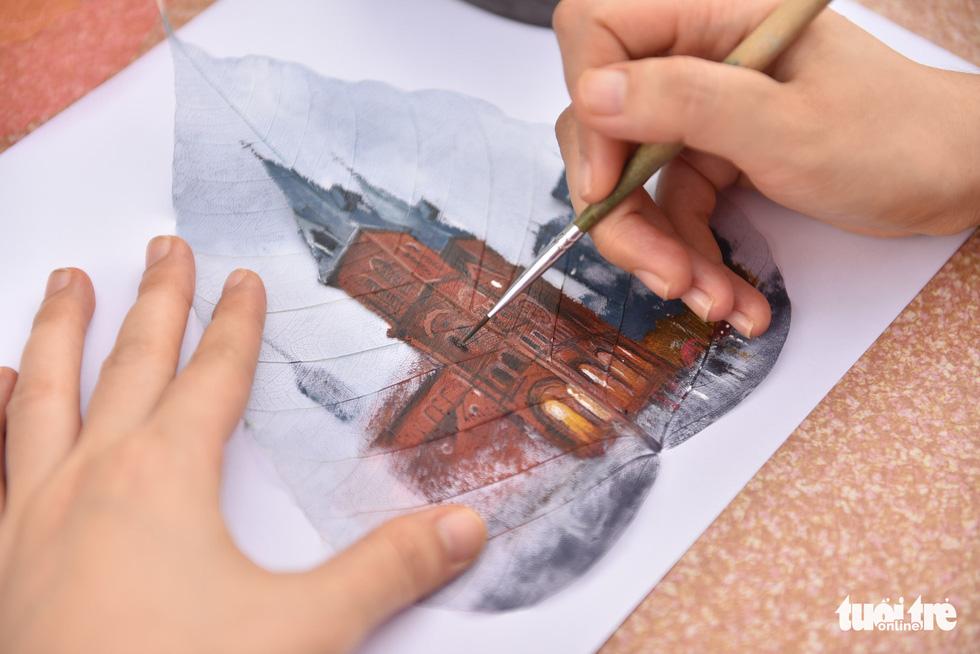 Độc đáo những bức tranh vẽ trên xương lá bồ đề - Ảnh 5.