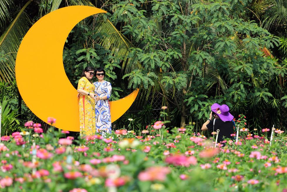 Say ngắm vườn hoa Đà Lạt nở rộ bên sông Sài Gòn - Ảnh 2.