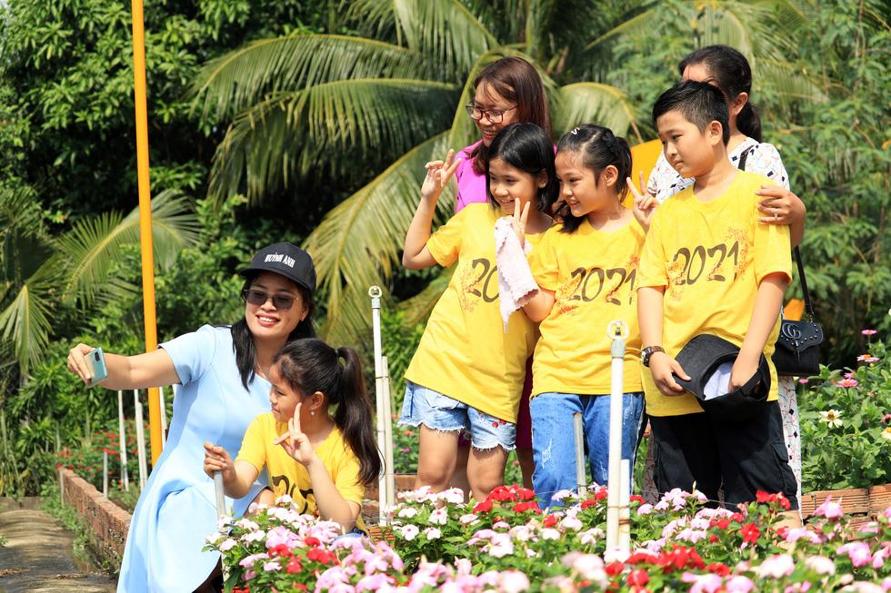 Say ngắm vườn hoa Đà Lạt nở rộ bên sông Sài Gòn - Ảnh 3.
