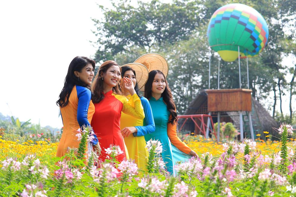 Say ngắm vườn hoa Đà Lạt nở rộ bên sông Sài Gòn - Ảnh 1.