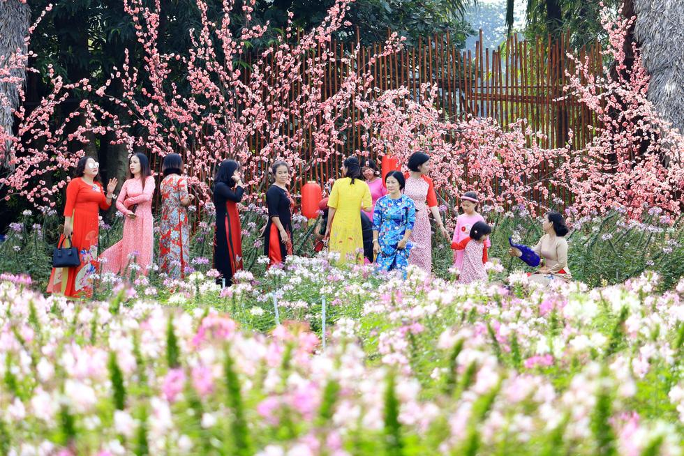 Say ngắm vườn hoa Đà Lạt nở rộ bên sông Sài Gòn - Ảnh 10.