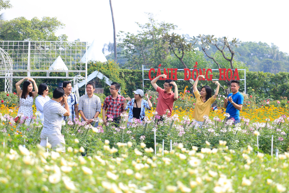 Say ngắm vườn hoa Đà Lạt nở rộ bên sông Sài Gòn - Ảnh 11.